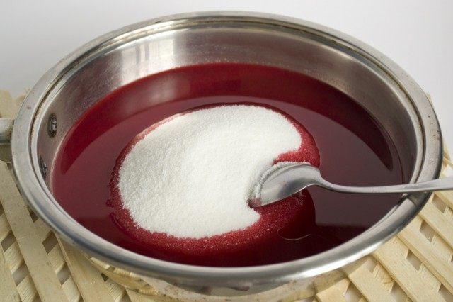 Добавляем сахар и хорошо размешиваем