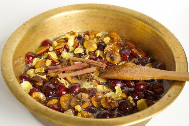 Заливаем сливу сиропом и добавляем корицу и бадьян