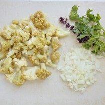 Нарежем капусту, лук и зелень
