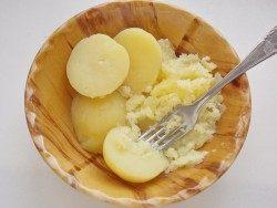 Отваренный картофель выловить и размять