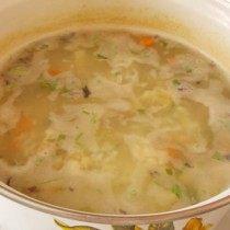Выкладываем подготовленные овощи в кастрюлю и варим еще 4-5 минут