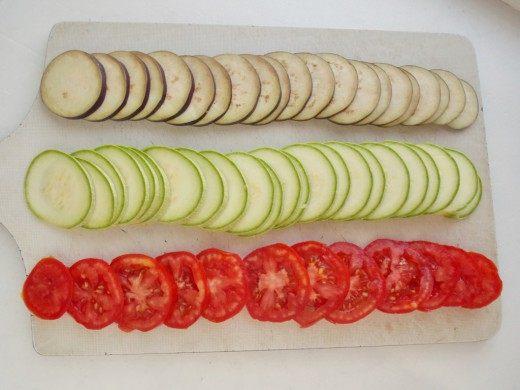 Нарезаем баклажаны, кабачки и томаты кружочками