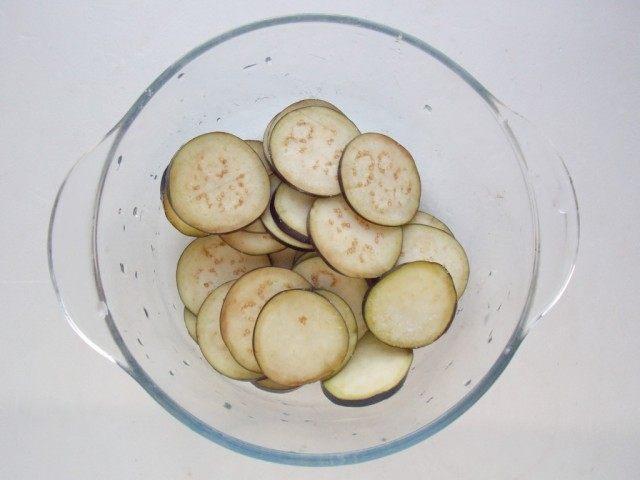 Чтобы убрать горечь из баклажан, присыпем их солью и оставим на несколько минут