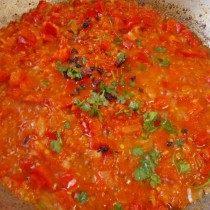 К луку и перцу добавляем томат