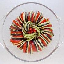 Выкладываем нарезанные овощи чередуя их
