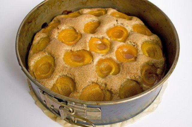 Выпекаем абрикосовый пирог в духовке при 160 °C в течение 35 минут
