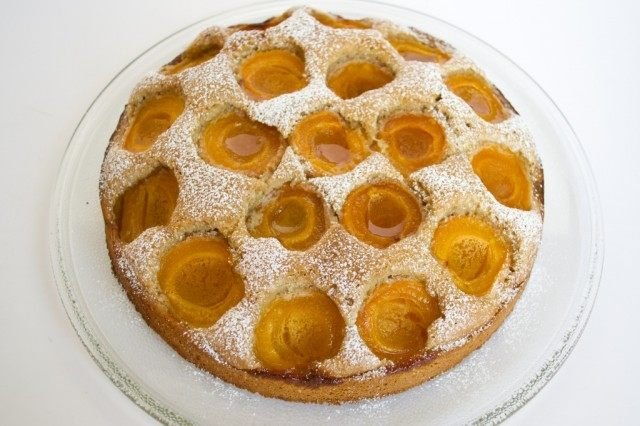 Готовый абрикосовый пирог присыпаем сахарной пудрой