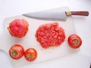 Очистим томаты от кожицы и измельчим