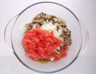 Измельченный томат добавляем в салатницу