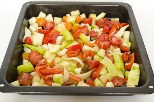 Выкладываем овощи на противень, и смешиваем с маслом