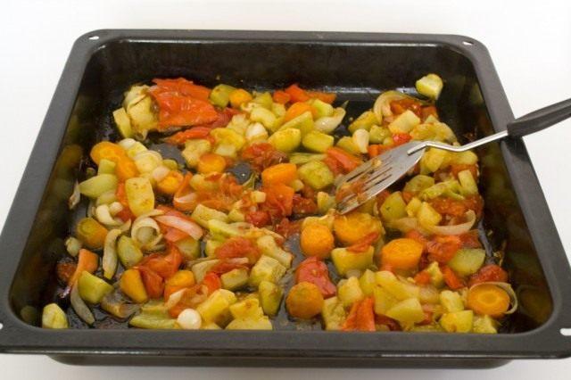 Запекаем овощи в духовке 40 минут при температуре 200°C