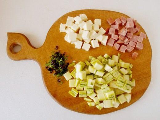 Нарежем зелень, а так же кубиками кабачки, ветчину и брынзу
