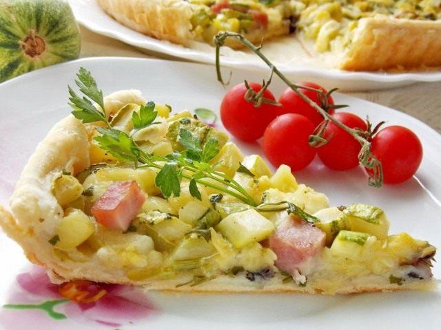 Средиземноморский пирог с кабачками, ветчиной и брынзой
