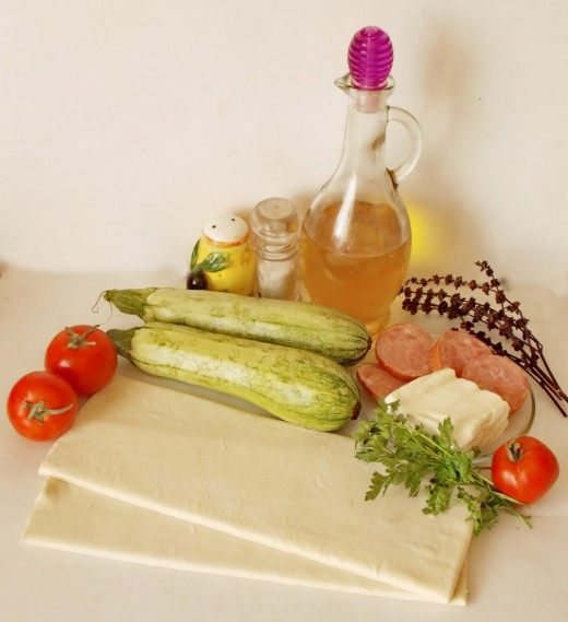Ингредиенты для приготовления Средиземноморского пирога с кабачками, ветчиной и брынзой