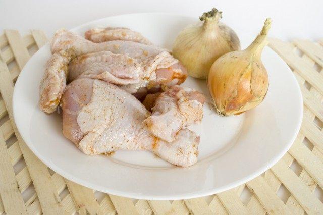 Готовим бульон из маринованной курицы и обжаренного лука