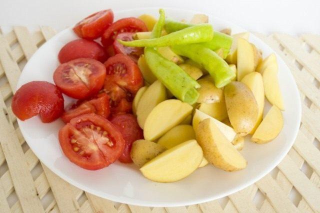 Нарезанные овощи выкладываем в бульон