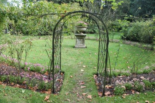 Розарий осенью оформленный в стиле барокко