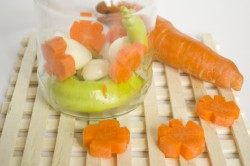 Выкладываем бланшированную морковь