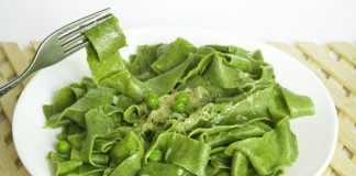 Домашняя паста со шпинатом под соусом из зелёного горошка