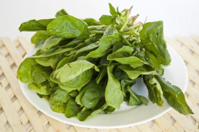 Сполоснём шпинатные листья