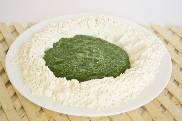 Замешиваем тесто со шпинатом