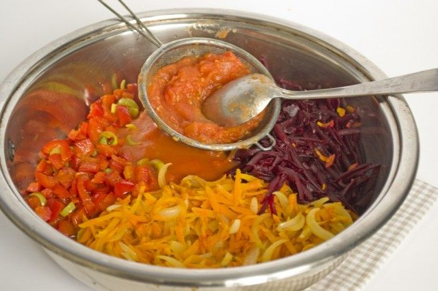 Смешиваем обжаренные ингредиенты и добавляем томаты