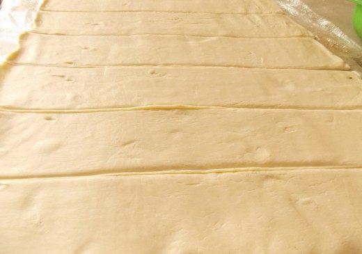Раскатанное тесто нарезаем полосками