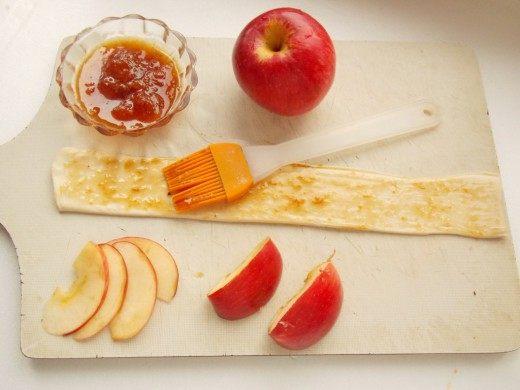 Смажем полоски теста абрикосовым повидлом
