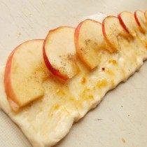 Выкладываем яблочные ломтики на полоски теста