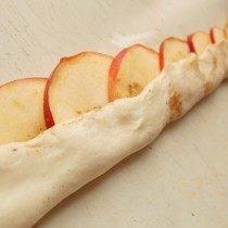 Посыпаем яблочки корицей и подворачиваем края теста