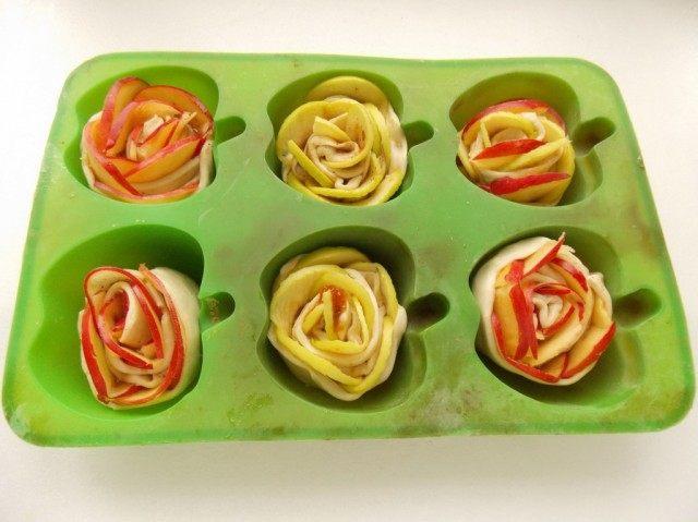 Выкладываем яблочные розочки в форму для запекания