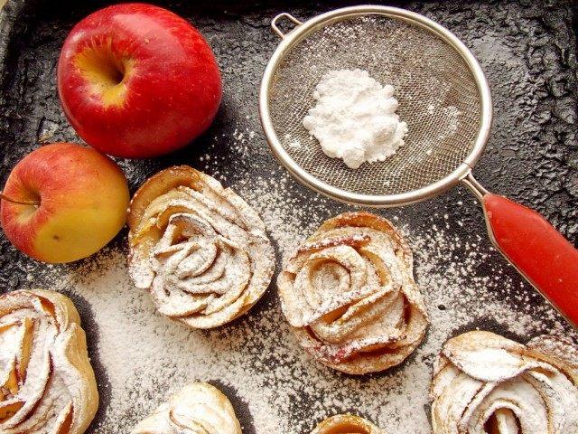 Запечённый десерт присыпаем сахарной пудрой