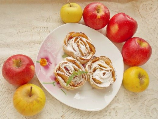Яблочные розы из слоёного теста