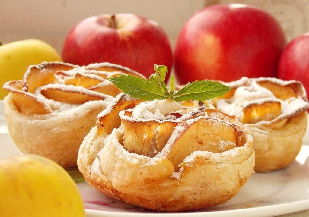 Розочки с яблочными слайсами