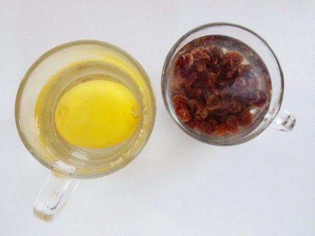 Замачиваем в теплой воде лимонную цедру и изюм