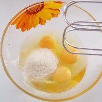 Отдельно взбиваем сахар и яйцо