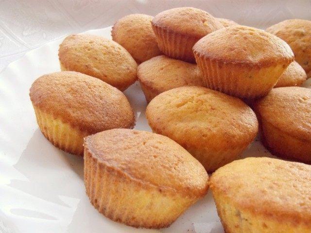 Готовые кексы вынимаем из формочек