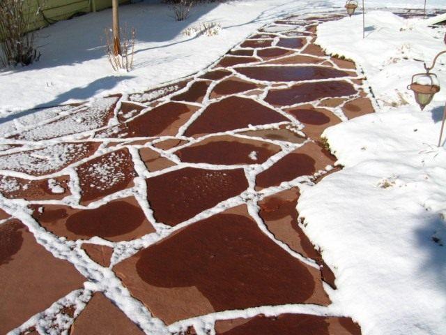 Одна из задач в декабре — вовремя очищать дорожки от снега и наледи