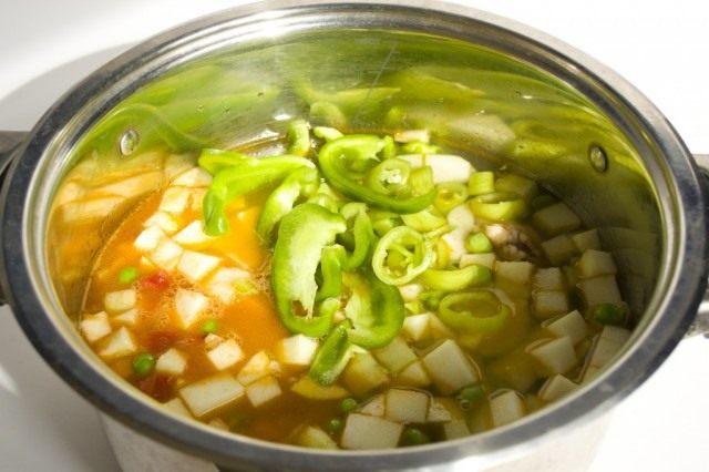 Острый и сладкий перец кладём в кипящий суп