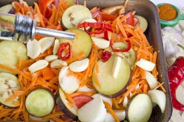 Смешиваем ингредиенты и запекаем овощи