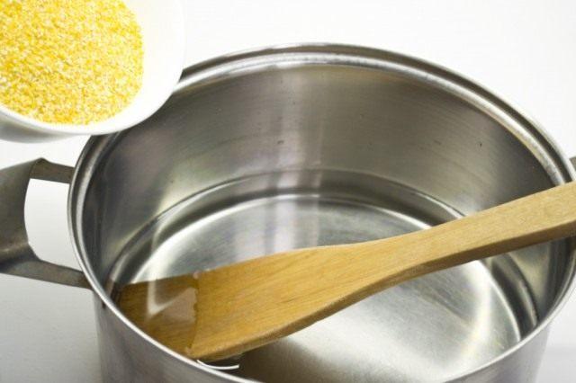 В кипящую воду высыпаем кукурузную крупу