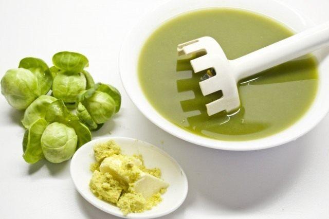Отваренную брюссельскую капусту измельчаем блендером