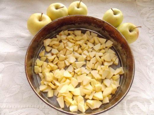Выкладываем яблоки в форму для выпекания