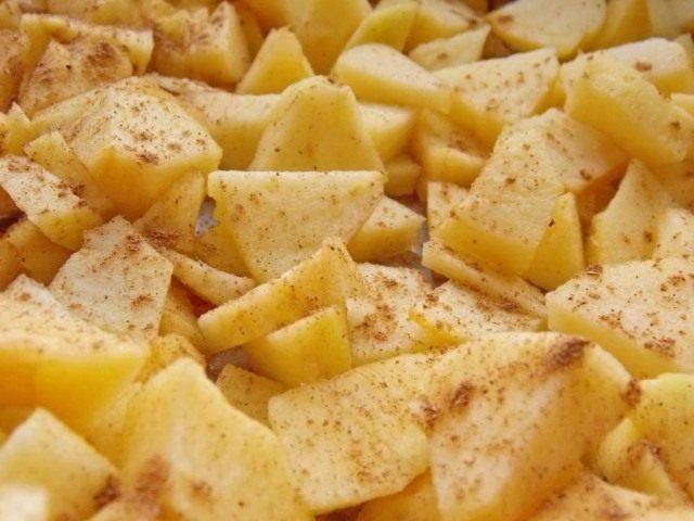 Нарезаем яблоки, сбрызгиваем лимонным соком и посыпаем корицей