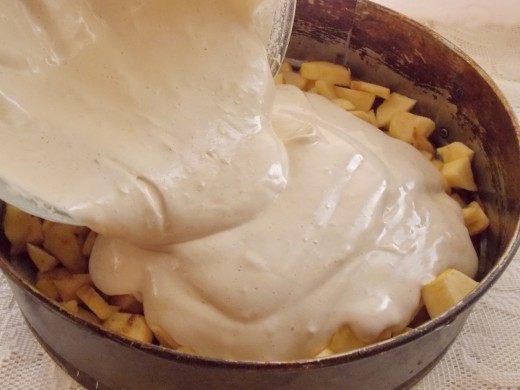 Выливаем тесто в форму для запекания, на яблоки