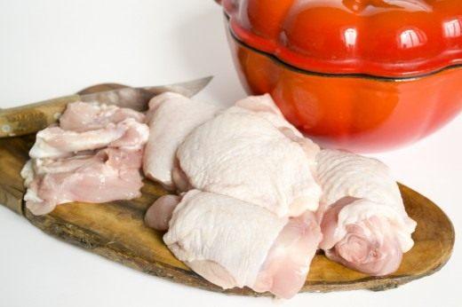 Вынимаем кости из курицы, и обжариваем мясо