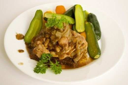 Подаём мясо цыплёнка в пиве с гарниром из овощей
