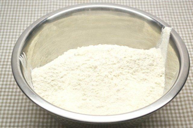 Просеиваем муку, добавляем соль и ванилин