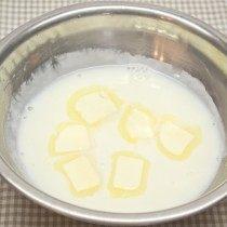 Молоко смешиваем с кукурузным крахмалом и растапливаем в нём сливочное масло