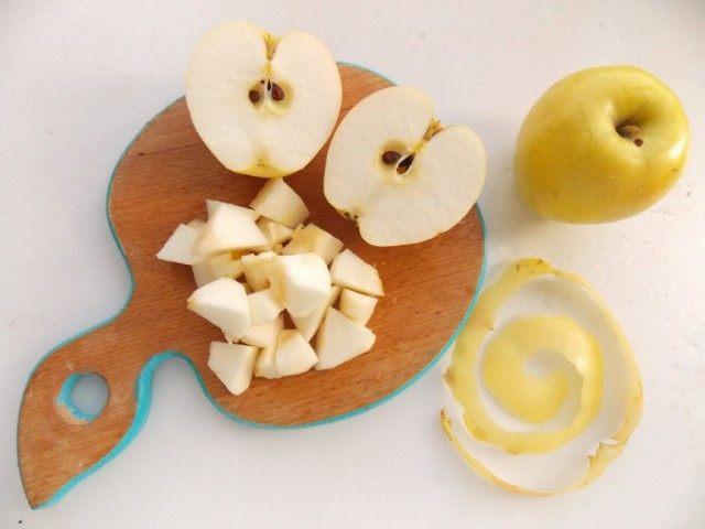 Очистим яблоки от кожицы и сердцевинок